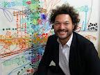 """Fernando Entín junto a una de las obras de la muestra """"Urban Papers"""" de José Luis Anzizar, próxima a inaugurarse el 5 de noviembre en ELSI DEL RIO"""