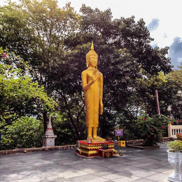 9. 2555. Таиланд. Патайя. Храм Будды. Thailand. Pattaya. Buddha temple. Воинственный понедельник, цвет понедельника - золотой. Цвет правящего в Таиланде короля.