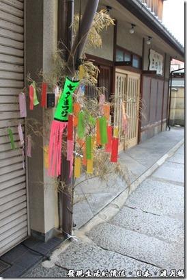 日本-渡月橋,旅遊期間剛好是七夕的季節,所以很多商家的門口都豎起了七彩繽紛的祈福紙條,對日本人來說這就是慶典,但對我們來說,一開始還真有點給它怪怪的,不太能接受。