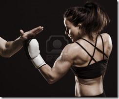 17130061-una-foto-de-estudio-de-la-hermosa-mujer-de-fitness-entrenamiento-de-boxeo