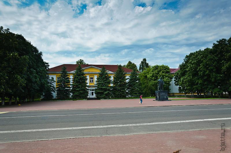Напротив исполкома - отдел образования и ещё что-то, как и везде в Беларуси на исполком указывает памятник В.И. Ленину.
