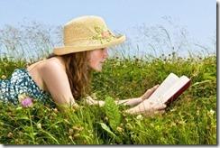 6219951-libro-de-lectura-de-joven-adolescente-en-el-prado-de-verano-con-sombrero-de-paja