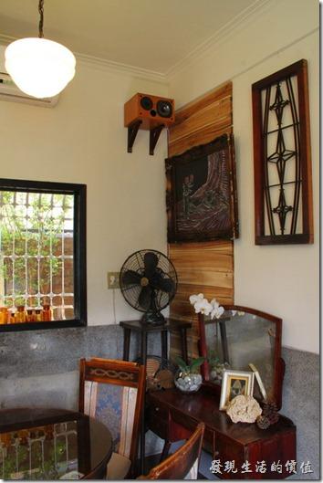 台南-鹿角枝老房子咖啡。咖啡店內到處都擺放著一些古董級的家具。