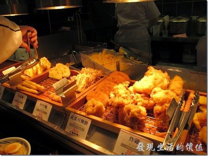 這「丸龜製麵」有好多的炸物,我光用算的就有炸牛蒡絲、炸蝦、炸白身魚、炸雞、炸可樂餅、炸竹輪、炸蓮藕、炸青椒、炸蕃薯…等。
