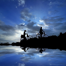 bapak ibuk mulih ngarit by Indra Prihantoro - Transportation Bicycles ( sunset, siluet, people, bicycle )