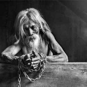i'm surrender by Yuni Herawati - Black & White Portraits & People ( chain, man, war )