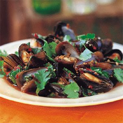 Mussels with Garlic and Basil (Hoi Ma Laeng Poo)