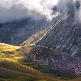 I piedi del Vettore by Luca Giacomin - Landscapes Mountains & Hills