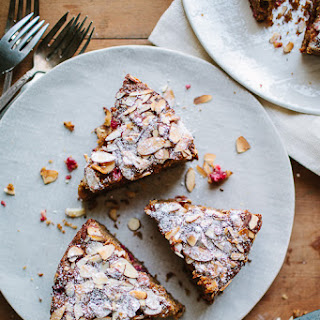 A SPICED WINTER CAKE WITH CRANBERRIES