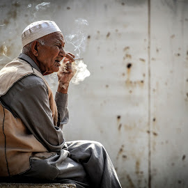 thinking by Mahmoud Yakoup - People Portraits of Men ( mahmoud yakoup, may, details, thinking, sad, street, self, talkink, portrait, man )
