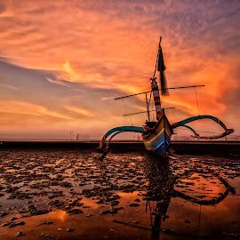 Di Pasir putih by Agus Sudharnoko - Transportation Boats