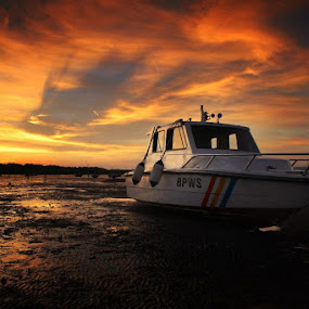 pulang kerja santai sejenak d suramadu,,,, menunggu sunset dan sepiring lontong kupang,,, nyaman ongguh... :) by Ribut Bagus - Landscapes Sunsets & Sunrises