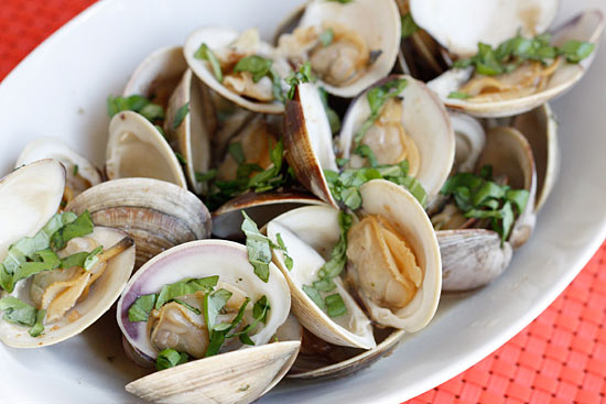 Steamed Clams with Fresh Basil Recept | Yummly