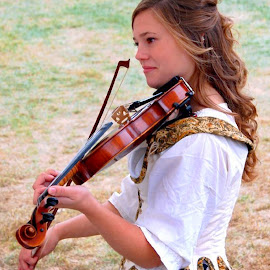 Play Fiddle, Play by Philip Molyneux - News & Events Entertainment ( girl, musician, fiddle, entertainer )