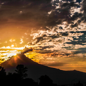 Volcano and sunshine by Cristobal Garciaferro Rubio - Landscapes Mountains & Hills ( clouds, popo, mexico, popocatepetl, sunshine, sun )