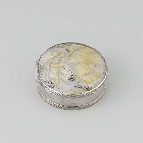 snuifdoos van zilver met deksel van parelmoer waarop in gravure en reli f de voorstelling van. Black Bedroom Furniture Sets. Home Design Ideas