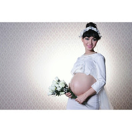 Waiting for new born baby.... by Aditya Negara - People Maternity