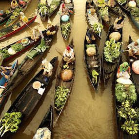 Ramai bertransaksi... by Achmad Syamsu Hidayat - People Street & Candids ( floating market, street, candid, people, river )