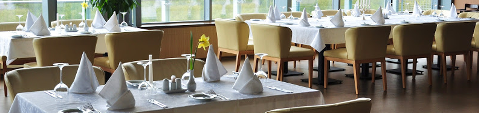 White or coloured table linen hire available in a range of sizes