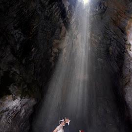 wedding on cave by Thomas Chris - Wedding Bride & Groom ( weddingunique, weddingcave, adventure_wedding, jalutajam, weddingoncave )