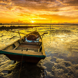 Low tide at teluk tering cape by Demi Nst - Transportation Boats ( sky, tide, cloud, sunrise, beach, net, boat, landscape, batam )
