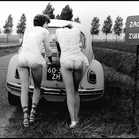Zachte zijberm by Etienne Chalmet - Black & White Street & Candid ( auto, meisjes, straat, , land, device, transportation, Urban, City, Lifestyle )