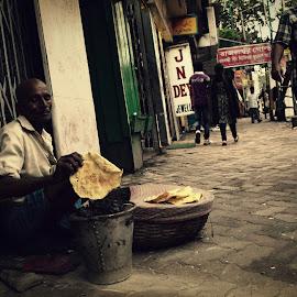 PAPAD VENDOR by Parthasarathi Bhattacharyya - Food & Drink Cooking & Baking ( papad, kolkata, vendor, food, street, people,  )