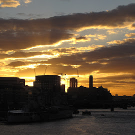 an evening @ tower bridge by Gargy Priya - Landscapes Sunsets & Sunrises ( clouds, thames, london, sunset, tower bridge, sunrays )