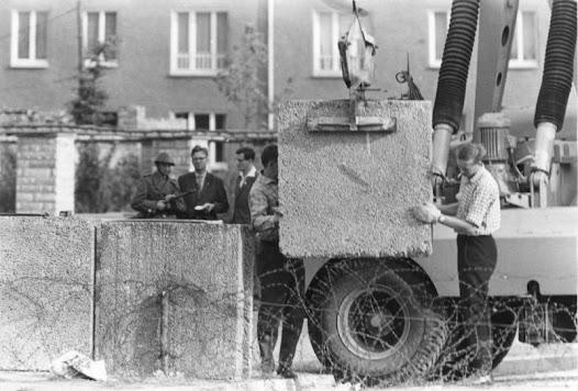 Bau der Berliner Mauer, 1961.