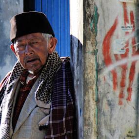An old man by Ngatmow Prawierow - People Street & Candids ( face, wonosobo, dieng, sikunir, zizigallerydotcom, candid, people, banjarnegara, streetphoto )