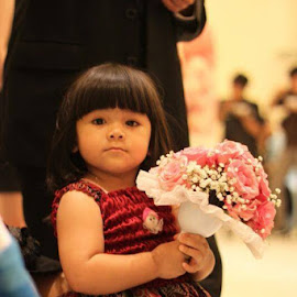 Horeee.......Jinny dapat buket bunga manten. by Alexander Febriasto - Wedding Reception