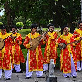 Vietnamese tradisional musicans Hoe, Vietnam. by Andrew Piekut - People Musicians & Entertainers