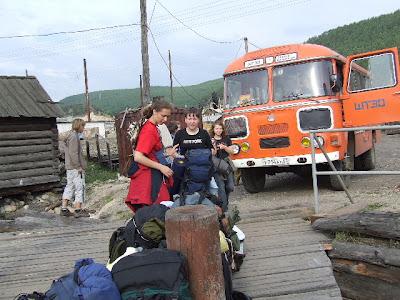 Der Bus am Anleger in Nishneangarsk. Von unserem Boot war weit und breit nichts zu sehen.