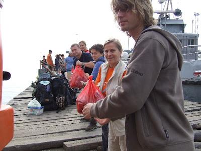 Wir bildeten eine Kette und entluden den Bus. Unser Boot war inzwischen auch da, aber wir durften noch nicht an Bord.