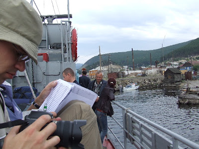 Nachdem der Kapitän das Boarding genehmigt hatte, luden wir das Gepäck aufs Oberdeck und bald danach legten wir ab.