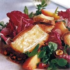 Mixed leaf salad with peaches and Brie crostini