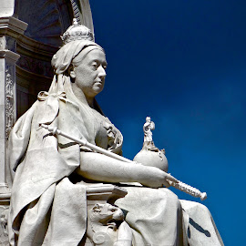 Queen Elizabeth by Steven Aicinena - Buildings & Architecture Statues & Monuments ( queen elizabeth, statue, buckingham palace )