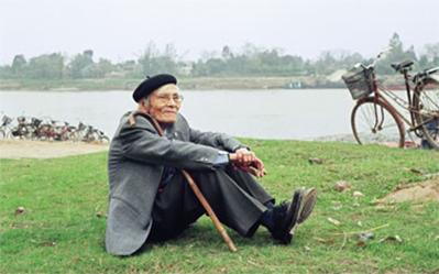 Nhà thơ Hoàng Cầm bên sông Đuống. Ảnh: NGUYỄN ĐÌNH TOÁN