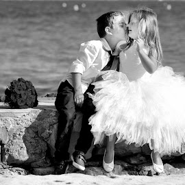 Only one kiss by Frédéric Deleuse Photographe - Wedding Other ( wedding photography, studio riviera wedding, wedding, children, engagement ring )