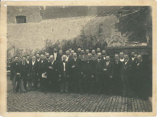 First International Conference of Bibliography (1895). Photo taken in the gardens of the Hotel Ravenstein in Brussels, which also housed the Institute of Social Sciences founded by Solvay.