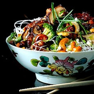Oriental Turkey Stir-fry with Broccoli, Cashew Nuts and Shiitake Mushrooms