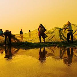 The dance of fisherman by Amateur Pic - People Street & Candids ( vietnam, sunrise, fishing, fisherman, amateurpic )