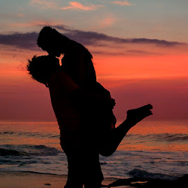 Kiss in Silhouette by Amin Basyir Supatra - Wedding Bride & Groom ( love, kiss, bali, prewedding, silhouette, sunset, wedding, beach )