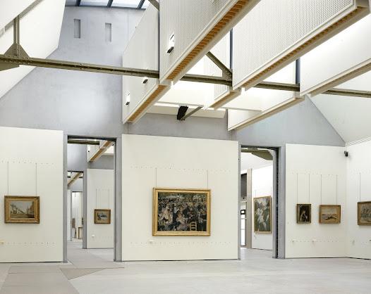 Le parcours du musée se déploie sur trois niveaux principaux, par grandes séquences thématiques et par techniques. La peinture impressionniste est ainsi regroupée dans une galerie qui s'étire au 5e étage sur toute la longueur du bâtiment côté Seine.