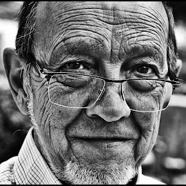 Portret by Etienne Chalmet - Black & White Portraits & People ( black and white, street, men, people, portrait )