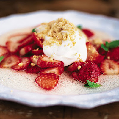 Strawberries with yoghurt, Prosecco & shortbread