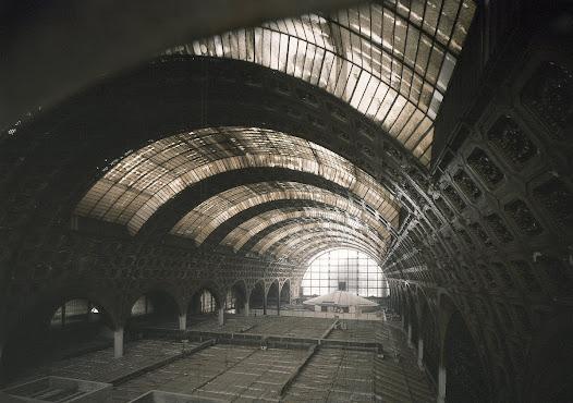 Sauvée, la gare connaît dans les années 1970 ses premières reconversions culturelles. Elle accueille provisoirement l'hôtel des ventes Drouot-Rive Gauche...