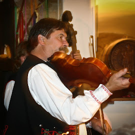 Czech Folk Music by Brenda Hooper - People Musicians & Entertainers ( music, musican, czech republic, fiddle,  )