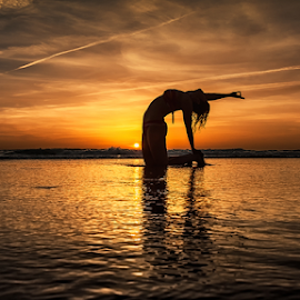 S I R E N by António Leão de Sousa - Landscapes Sunsets & Sunrises ( canon, water, costa de caparica, sunsets, seascapes, silhouettes, sea, waterscapes, yoga,  )