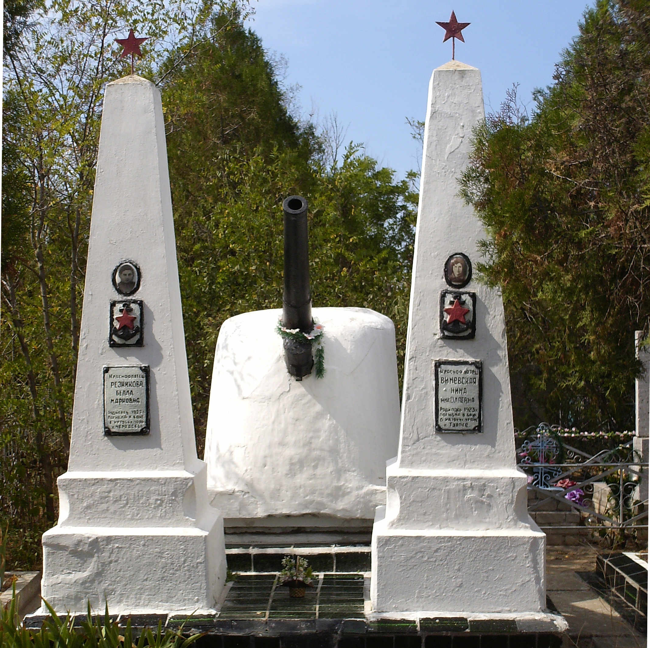 Памятник Виневской и Резниковой